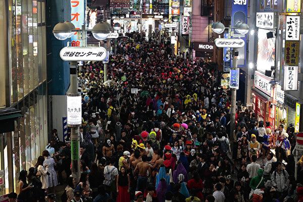 """万圣夜东京街头派对 """"小熊维尼""""很抢镜"""