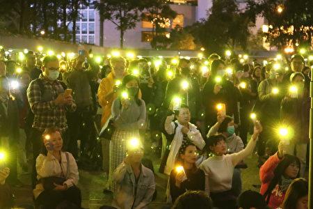 11月28日晚間,中環遮打花園的爸爸媽媽守護你集氣會,人們打開手機電筒,高唱「願榮光歸香港」。(駱亞/大紀元)