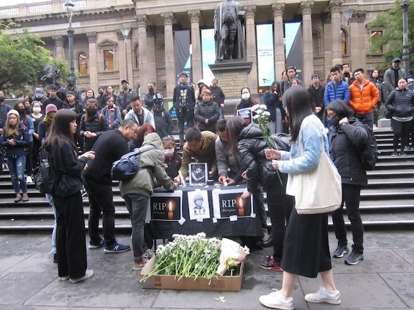 2019年11月9日下午,澳洲維港(Victoria Hongkongers)在墨爾本為香港墜樓身亡的周梓樂發起悼念集會。(李奕/大紀元)