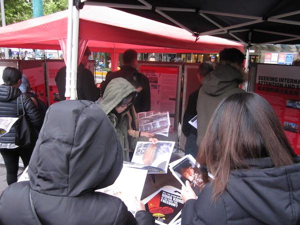2019年11月9日下午,澳洲維港(Victoria Hongkongers)在墨爾本為香港墜樓身亡的周梓樂發起悼念集會。圖為主辦方搭建的「逆權展覽」。(李奕/大紀元)