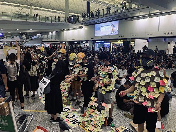 張雪雲2019年8月9日從新加坡返港,在機場偶遇「萬人接機」,身受觸動加入活動。(張雪雲提供)