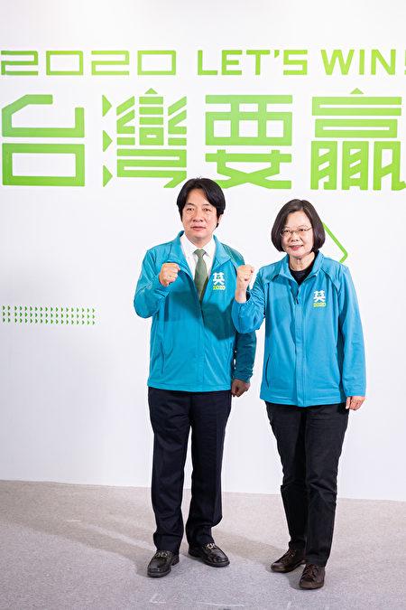 中華民國總統蔡英文(右)11月17日召開記者會宣佈,副手為前行政院長賴清德(左),以「蔡賴配」角逐2020總統大選。 (陳柏州/大紀元)