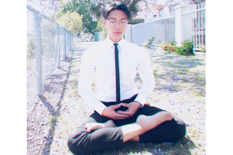 今年十八歲的澳洲職業足球隊員保羅.林(Paul Lin)在煉法輪功第五套功法——神通加持法。(明慧網)