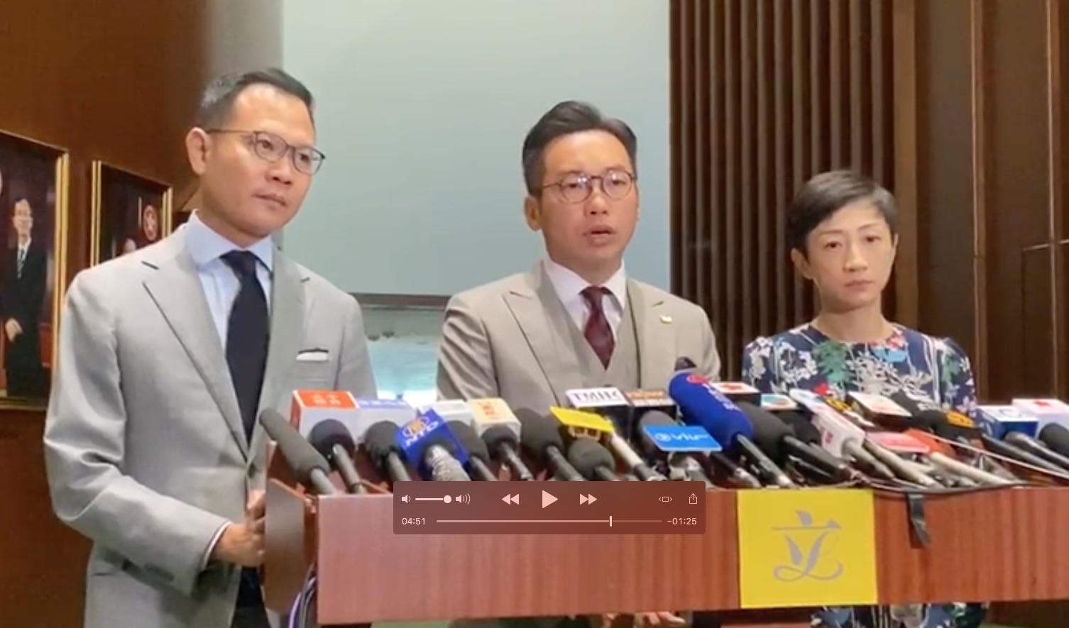 11月20日,香港立法會議員、執業大律師楊岳橋(中)在記者會上,回答大紀元記者的提問。(駱亞/大紀元)
