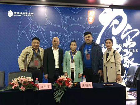王麗珍(中間綠色衣服者)10月下旬參加企業家辯護論壇諮詢法律辯護技巧。(受訪者提供)