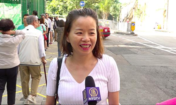 林鄭投票點的市民梁女士接受大紀元採訪。(駱亞 /大紀元)