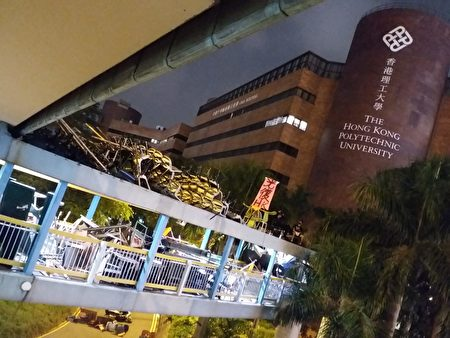 通往理工大學行人橋通道全部系凳。(受訪者提供)