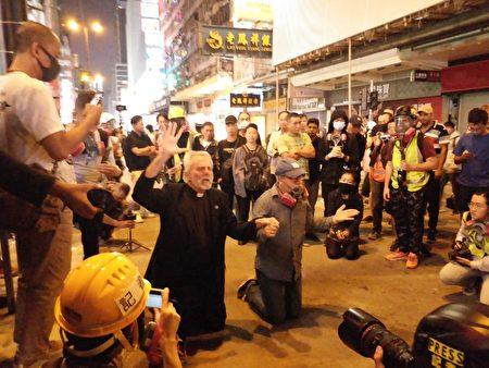 美國牧師William Devlin博士(左)和Patrick Mahoney 牧師(右)前往香港,以支持人們為自由而戰。他們帶領人群跪下祈禱。(受訪者提供)