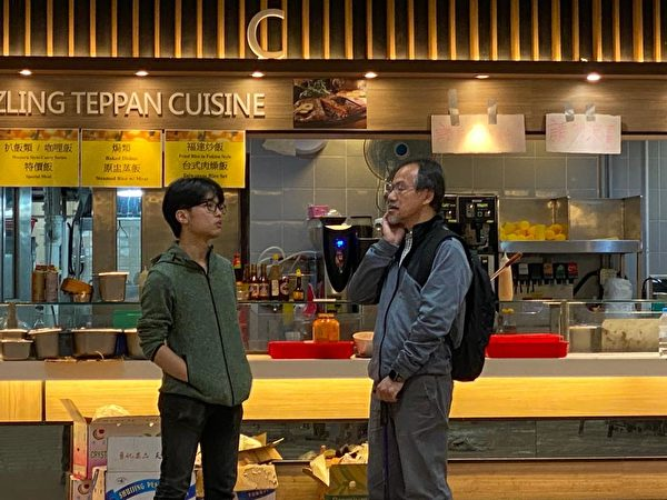 理大學生會長胡國泓跟每天到學校的社會各階層人溝通,幫助學生離開。圖為他跟立法會議員張超雄交談。(駱亞/大紀元)