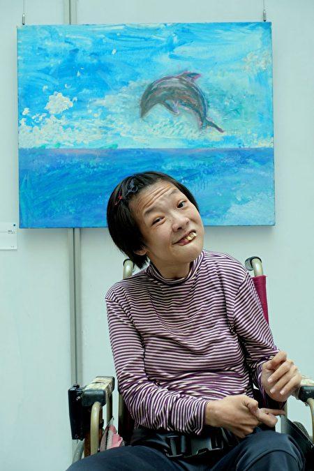 飞扬天使画家姚静宜用脚作画,在其作品《奋力一跳》中,海豚展显昂扬的生命力。