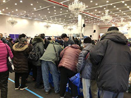 布碌崙民众踊跃参加由大纪元、新唐人媒体集团举办的咨询活动。