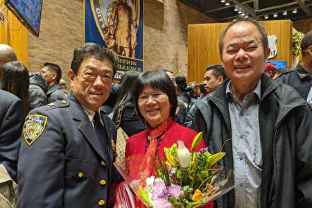 晋升为副总警司的余振源(左一)与家人合影。