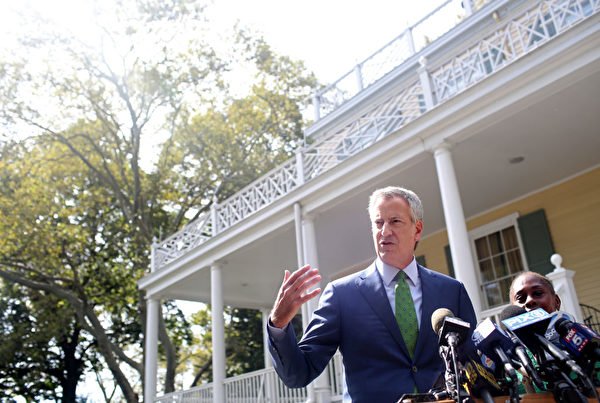 NEW YORK, NY - SEPTEMBER 20: New York City Mayor Bill de Blasio speaks during a press conference held in front of Gracie Mansion on September 20, 2019 in New York City. De Blasio, standing alongside his wife Chirlane McCray, announced his decision to drop out of the 2020 U.S. presidential race. (Photo by Yana Paskova/Getty Images)