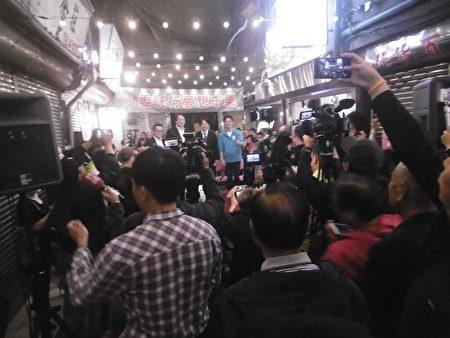 """赖清德参加""""委托行梦想市集""""活动,大批媒体记者采访。"""