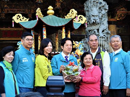 赖清德11月28日在立法委员洪慈庸陪同下,前往潭水亭观音庙参香,受到许多在地民众热情欢迎,并接受民众致赠的在地的农特产。