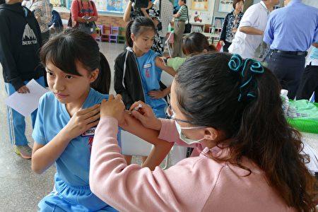 南投县公费流感疫苗接种,上午从名间国小校园集中接种开跑。