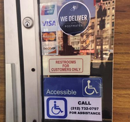 華埠餐館前門提醒殘疾人有方法進入。