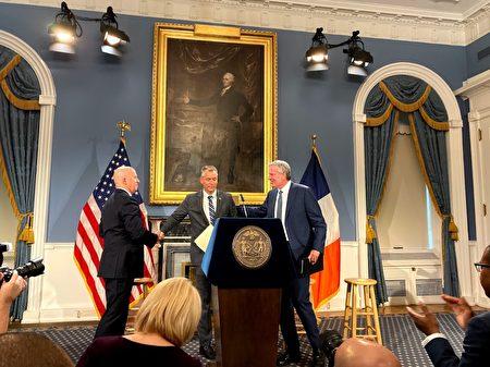 11月4日市长举行记者招待会,宣布原局长奥尼尔辞职,新局长希亚接棒。