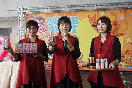 东峰红茶庄园负责人林惠美(中)介绍茶香氛体验。