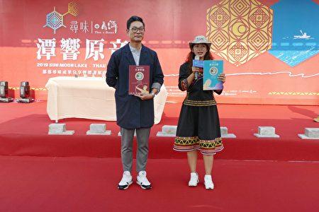 馬告香水的催生者陳炫良(左)、田美玲(右)分享兩款馬告香水。