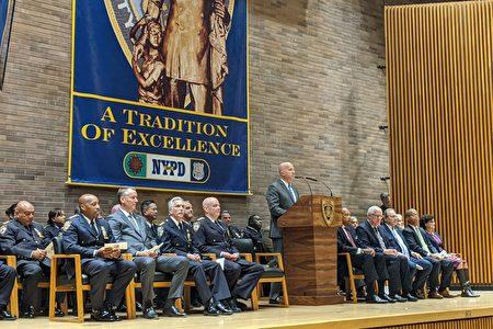 纽约市警局局长欧尼尔(James O'Neill, 讲台发言者)为晋升的警官致词。