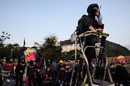 2019年11月12日,中大學生阻止警察進校園。(ANTHONY WALLACE/Getty Images)