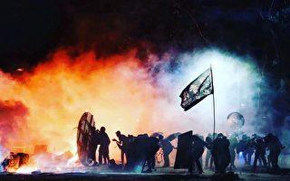 警闖中大狂轟濫捕 港人與學生並肩作戰