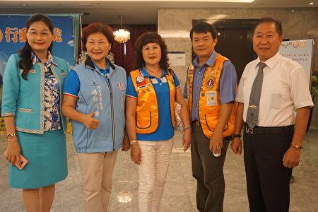 国际狮子会300-D1品德教育委员会主席吴怡萱(左一)和与会狮友。