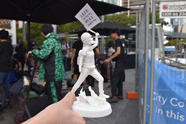 香港留學生展示了自己用3D打印技術製作的香港版自由女神像。她遺憾地說,可惜在路上不小心傷到了塑像的右手。(楊裔飛/大紀元)