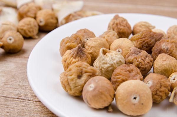 将无花果洗净,加水与冰糖共煮,能润肺止咳,治肺热咳嗽痰黄。(Shutterstock)