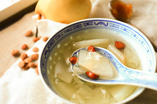 杏仁燉水梨是養肺潤肺的藥膳之一。(Shutterstock)