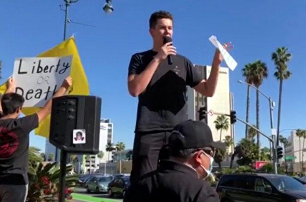 加州大學爾灣分校學生克萊因在比華利山莊街頭發言。(陳維明提供)