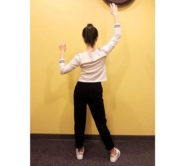 養肺運動之三:脊椎側彎保健操。(穆簡/大紀元)