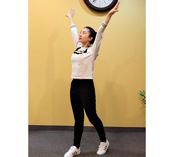 養肺運動之二:背部伸展操的動作可以改善駝背的症狀,並加速兩側腋下及脇肋的淋巴、氣血循環。(穆簡/大紀元)