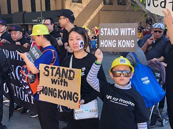 張雪雲與兒子一同參加2019年11月24日帕薩迪納(Pasadena)「搞怪遊行」(Doo Dah parade),聲援香港。(張雪雲提供)