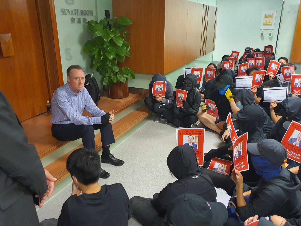 香港大學校長張翔一直迴避與學生會面,派副校長與學生見面。(孫明國/大紀元)