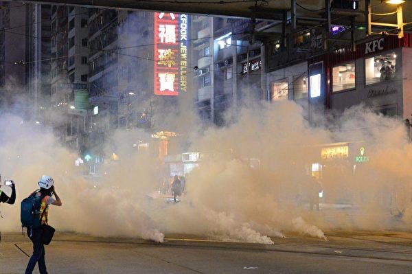 11月2日,香港警察在銅鑼灣狂放催淚彈。(宋碧龍/大紀元)