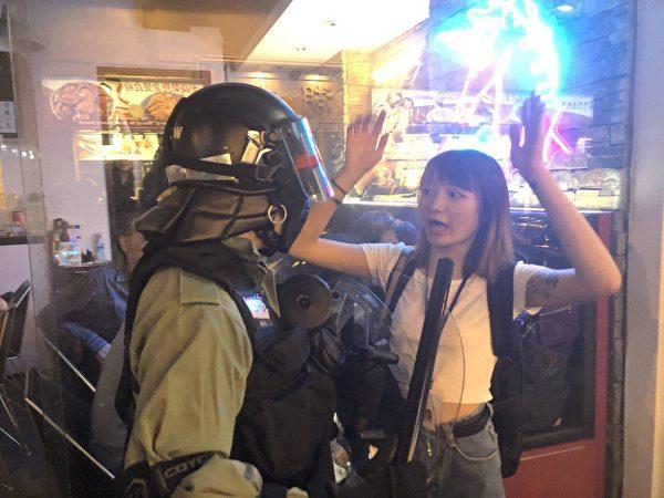 11月2日,港警亂抓人,過路途人被警察嚇完後釋放。(余天祐/大紀元)
