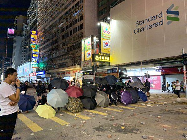 11月11日,港人三罷抗議,遭港警開槍,2人受傷。圖為旺角傘陣。(韓納/大紀元)