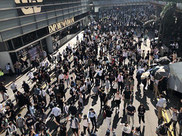 香港金融重地中環的白領階層也開始發起「和你lunch」(一起吃飯)的快閃行動,聲援學生的校園保衛戰。(余鋼/大紀元)
