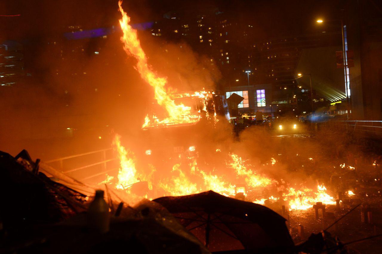 《環球時報》總編輯胡錫進發推文鼓動香港警方對理大學生開真槍,遭網民砲轟。圖為2019年11月17日晚上,理大學生以汽油彈擊退進攻的警方裝甲車。(宋碧龍/大紀元)