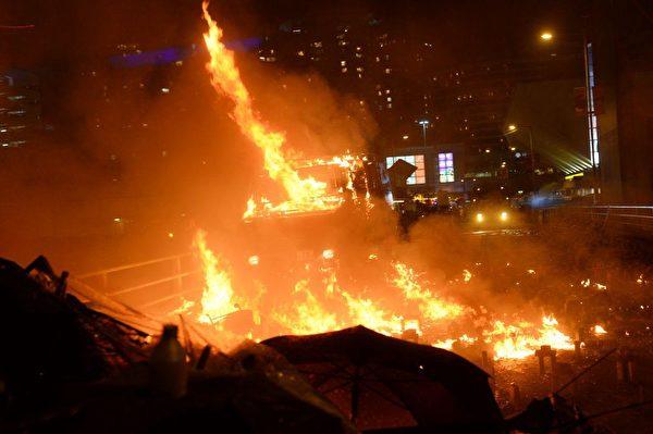 11月17日晚,港警的裝甲車剛直接硬闖進來,抗爭者陣地差點失守而群丟汽油彈,讓裝甲車著火退撤。(宋碧龍/大紀元)