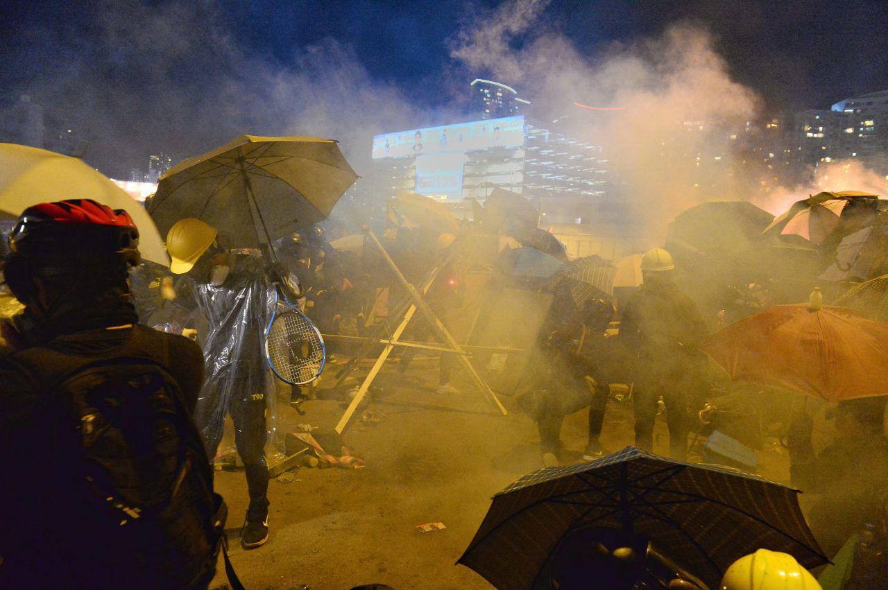香港局勢升級 港警包圍理大又抓附近50人