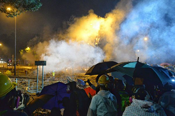 11月17日晚,香港理大硝煙瀰漫,數百人被港警包圍,民間呼籲反包圍救人。圖為尖東橋受防暴警察兩面射擊催淚彈。(宋碧龍/大紀元)