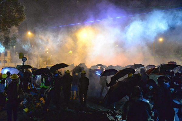11月17日入夜,香港理工大順暢道,港警狂射催淚彈。(宋碧龍/大紀元)