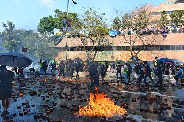 香港的大學保衛戰,從中大轉為理大。圖為2019年11月17日香港理工大學,抗爭者與警察對峙。(宋碧龍/大紀元)