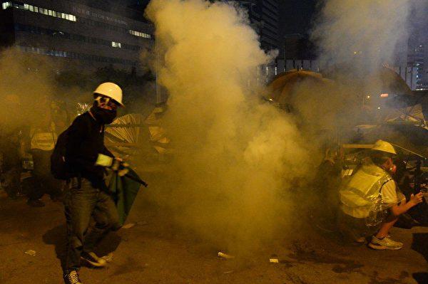 圖為尖東橋受防暴警察兩面射擊催淚彈。(宋碧龍/大紀元)