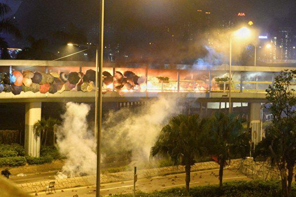 11月17日晚,香港紅磡天橋,防暴警察射擊催淚彈。(余天祐/大紀元)