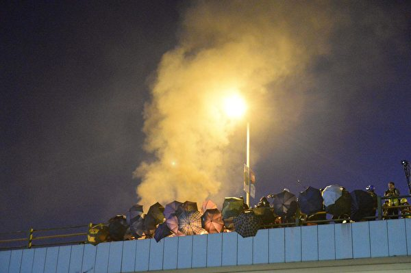11月17日晚,防暴警察和抗爭者在尖東橋對峙。(大紀元)