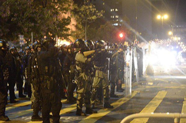 警察在柯士甸道彌敦道交界發射大量發射催淚彈。(大紀元)